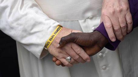 Papa Francesco con il braccialetto giallo