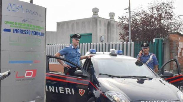 I carabinieri davanti alla sede di Asm Pavia (Torres)