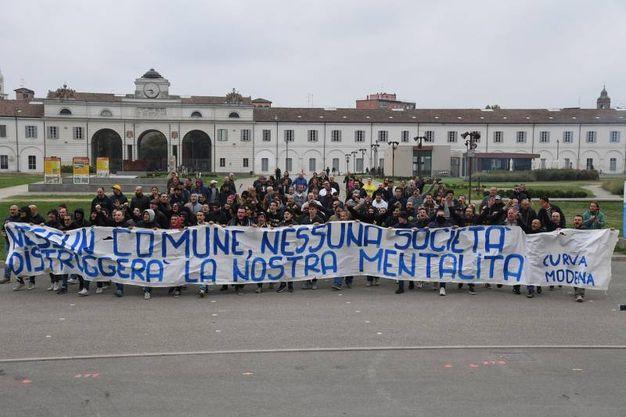 Lo striscione dei tifosi del Modena Calcio (foto Fiocchi)