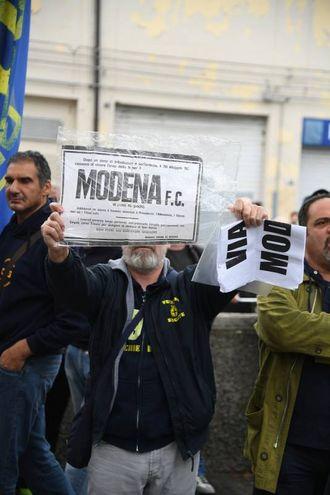 La protesta dei tifosi del Modena (foto Fiocchi)
