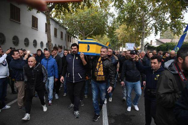 300 tifosi hanno marciato dal Novi Sad fino davanti alla sede del Modena bloccando viale Monte Kosica (foto Fiocchi)