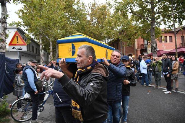 'Funerale' al Modena Calcio fuori dallo stadio (foto Fiocchi)