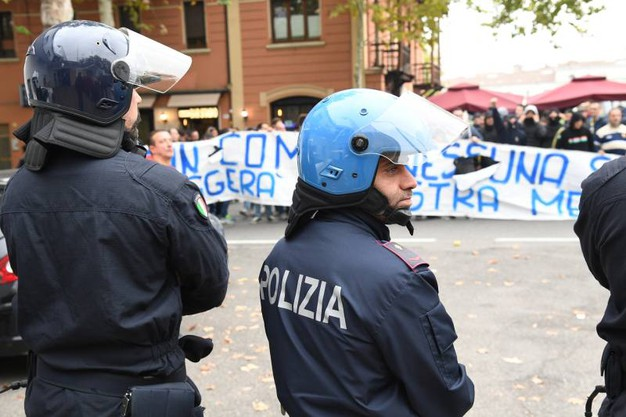 La polizia schierata in tenuta antisommossa (foto Fiocchi)
