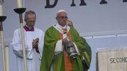 Il Papa sull'altare costruito al Dall'Ara che ricorda i portici (Schicchi)