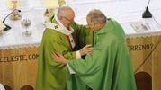 L'abbraccio tra Zuppi e Bergoglio (Schicchi)