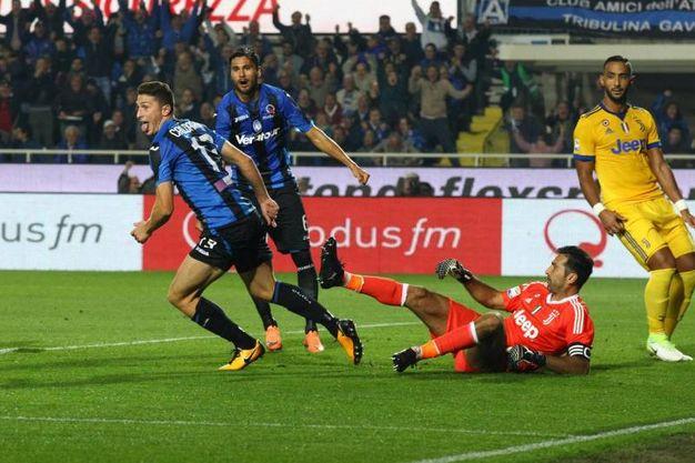 Caldara dell'Atalanta esulta per il gol dell'1-2 (Ansa)