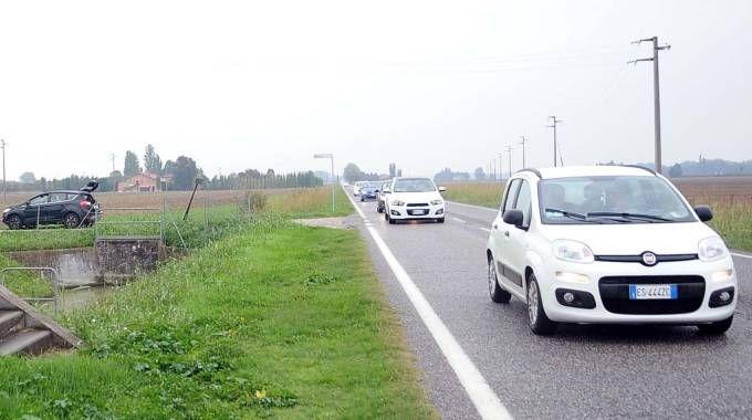 TRATTO PERICOLOSO Il punto di via Imperiale a Gallo,  frazione al confine  fra il Ferrarese  e il Bolognese, dov'è avvenuto l'investimento fatale del pedone. Il lungo tratto di strada  è rettilineo e senza illuminazione