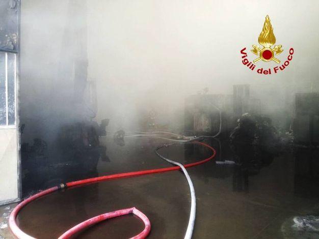 Vigili del fuoco in azione per domare il rogo