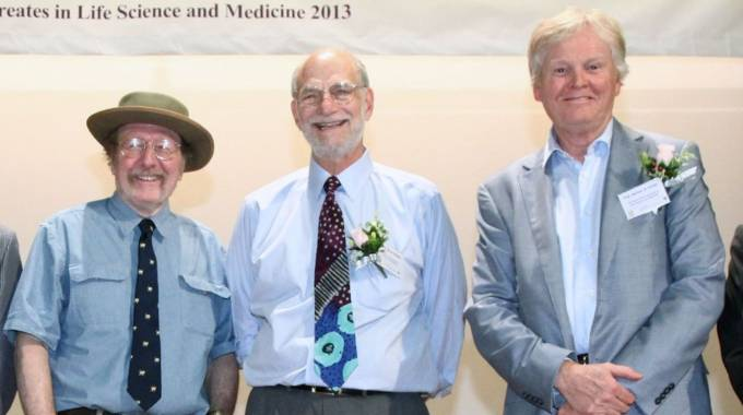 Da sinistra i Nobel per la medicina Hall, Rosbash e Young (Afp)