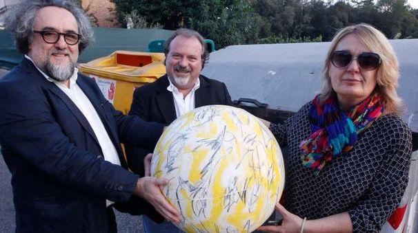 Carlo Pizzichini, al centro, con la signora Marcella, che ha ritrovato l'opera d'arte nel cassonetto, e Alessandro Bellucci