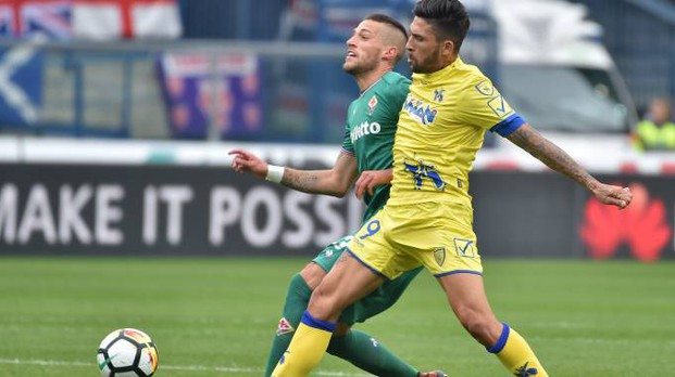 Chievo-Fiorentina, Biraghi contrasta Castro