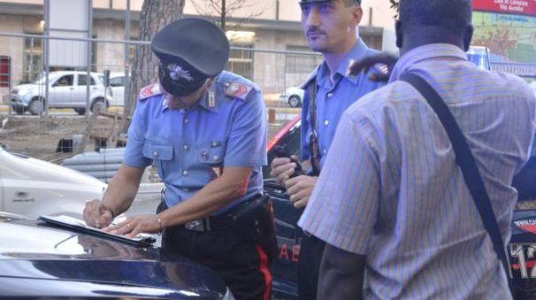 I carabinieri verificano la posizione di uno straniero nel corso di un pattugliamento