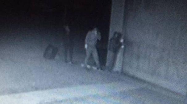 I tre giovani inquadrati dalle telecamere di una casa a Fogliano: hanno rubato una mountain bike06
