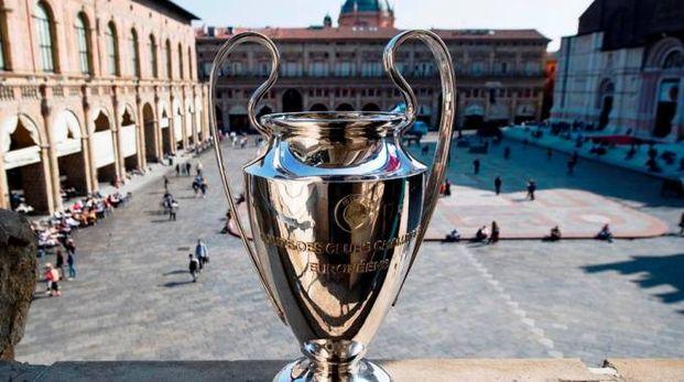 La Coppa esposta ieri in Piazza Maggiore