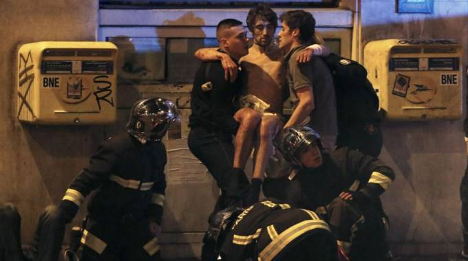 Soccorsi fuori dal Bataclan, a Parigi, dopo l'attentato
