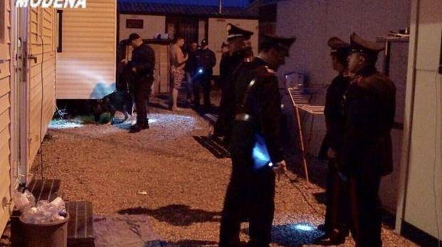 Controlli dei carabinieri nel campo nomadi di Cortile