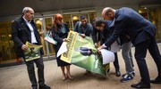Sit-in di M5S davanti al Pirellone (La Presse)