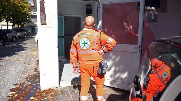 La Croce Verde davanti ai bagni pubblici (foto De Marco)