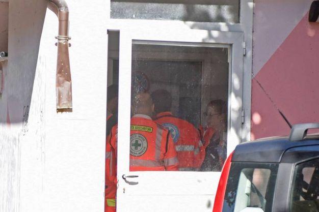 I soccorsi alla ragazza in overdose (foto De Marco)