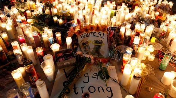 Candele per le vittime della strage di Las Vegas (Reuters)