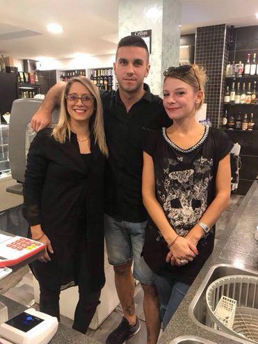 O Gianni Izzo con Erica Masci e Valentina Calzolari (Bar Caffelatte, Cecina)