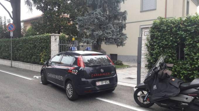 I carabinieri davanti alla villetta di via Fiume, a Nova Milanese