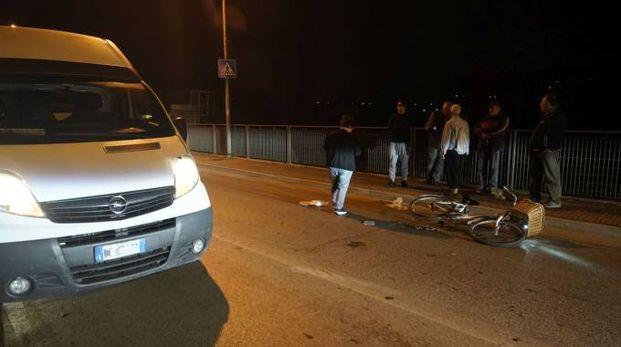 La bici a terra e il furgone coinvolto nell'incidente (foto Zeppilli)