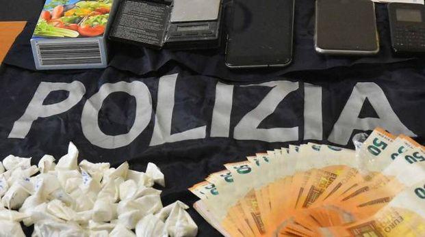 Nella casa degli albanesi trovati soldi, telefonini e droga