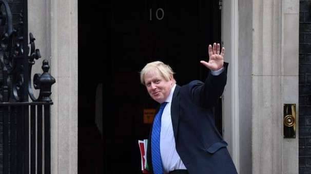 Boris Johnson si reca al 10 di Downing Street (Afp)