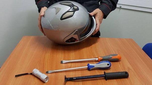 Il casco e gli arnesi trovati in macchina