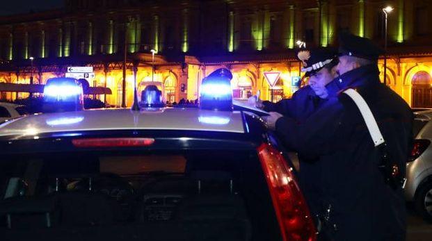 I controlli dei carabinieri davanti alla stazione, dov'è stato trovato lo straniero privo di sensi