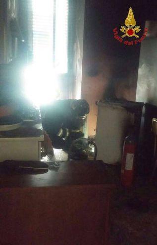 Il bimbo era in camera da letto, salvato dai pompieri (foto omaggio)