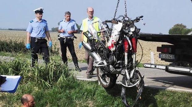 Il recupero della moto finita nel fosso (foto Vaccari)