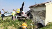 Il recupero della moto (Foto Vaccari)