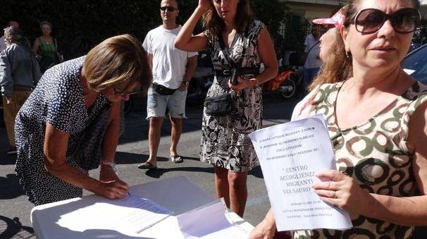 La raccolta firme contro il progetto-migranti
