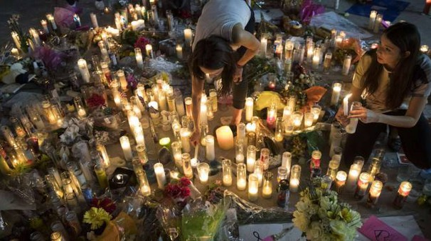 Las Vegas, candele sul luogo della strage (Afp)