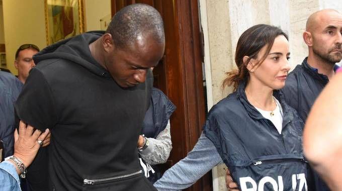 Guerlin Butungu con gli agenti