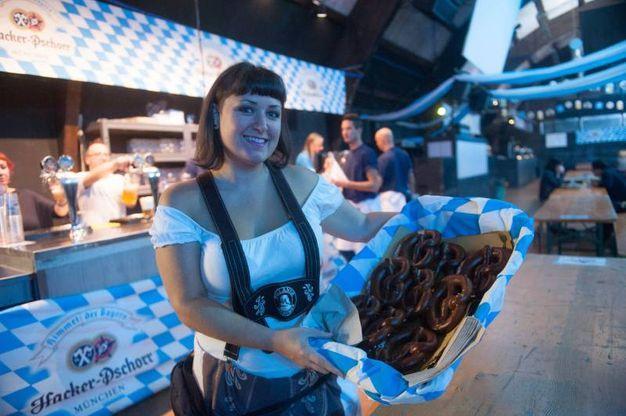 Cameriere in vestito tradizionale bavarese (foto Schicchi)