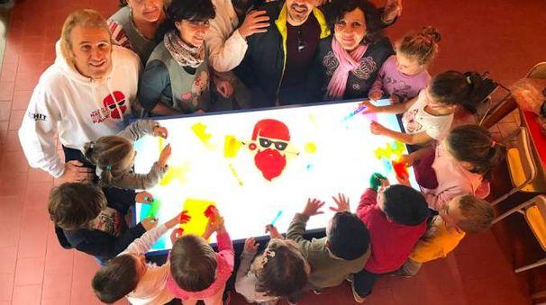 Il tavolo luminoso donato alla scuola d'infanzia