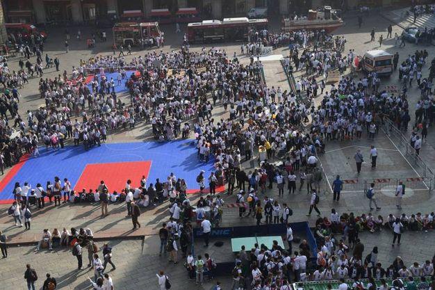 Il colpo d'occhio di piazza Maggiore piena di ragazzi (foto Schicchi)