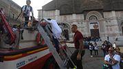 In piazza anche i mezzi dei vigili del fuoco (foto Schicchi)