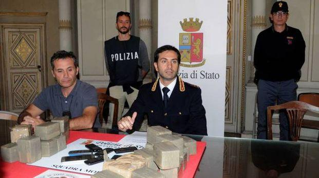 La polizia presenta l'operazione antidroga (foto Businesspress)