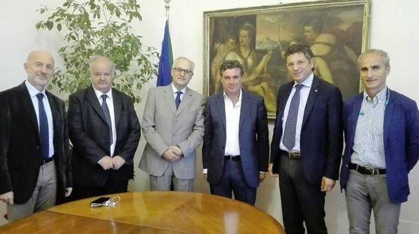 A sinistra di Seri il rettore dell'Alma Mater Ubertini, accompagnato dal professore Piccinetti e dai docenti bolognesi