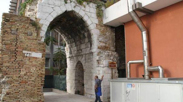 La centrale termica costruita accanto all'arco medievale del Lungomare Vanvitelli