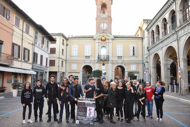 Il gruppo di attori in piazza Felice Orsini a Meldola (foto Fantini)