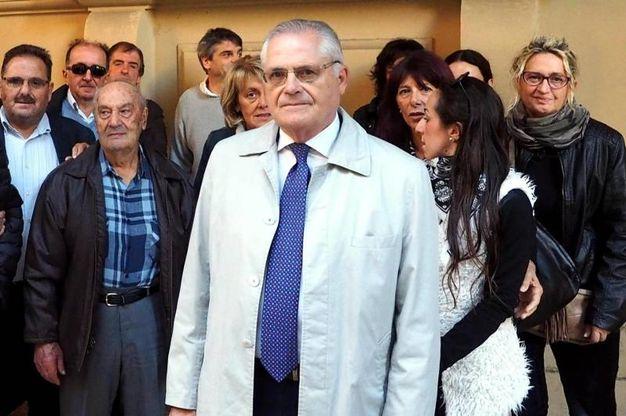 I rappresentanti dei familiari delle vittime della strage del 2 agosto posano assieme al presidente Paolo Bolognesi davanti al tribunale (Ansa)