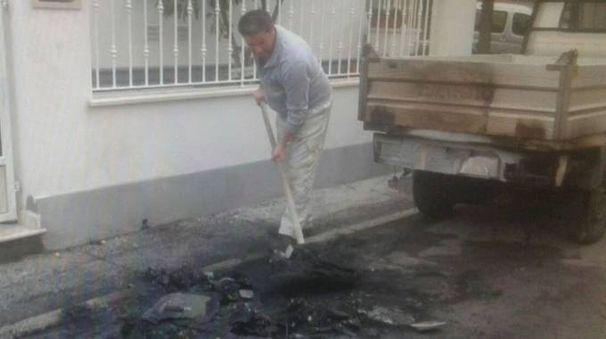Il luogo dove sono stati bruciati scooter e auto (foto da 50News Versilia)