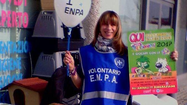 Un'attivista Enpa durante una giornata di sensibilizzazione e raccolta cibo