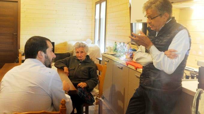 Matteo Salvini nella casetta con Giuseppa Fattori e il fenero Maurizio Borghetti (foto Calavita)