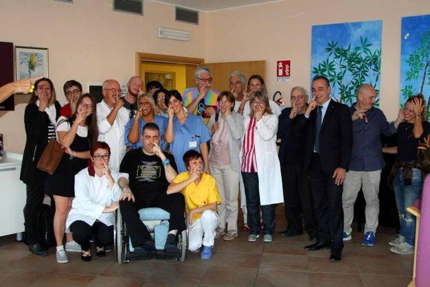 Tutti con le dita nel naso all'hospice Benedetta Corelli Grappadelli (Foto Scardovi)